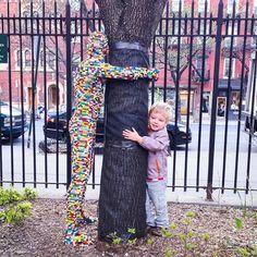 Lego is ontzettend duurzaam speelgoed, wat van generatie op generatie wordt overgegeven. Sommigen geven het weg aan het goede doel en anderen aan... Nathan Sawaya.   Deze Hugman van hergebruikt Lego staat in New York, met op elk steentje de naam of boodschap van de vorige eigenaar. #duurzamedinsdag