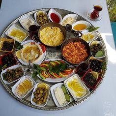 Turkish breakfast Source by fangmshzh Turkish Simit Recipe, Turkish Recipes, Indian Food Recipes, Healthy Recipes, Healthy Snacks, Turkish Breakfast, Breakfast Plate, Breakfast Recipes, Hotel Breakfast