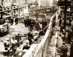 Berlin Wall - This was a wall that majorly divided Berlin until 1989 when it was officially removed. It was built by democratic party and in this image you can see the construction of the wall in Berlin was disconnected East Germany from West Germany. Brisbane, Rare Historical Photos, Rare Photos, Rare Images, Old Pictures, Old Photos, Amazing Pictures, Epic Photos, Vintage Photos