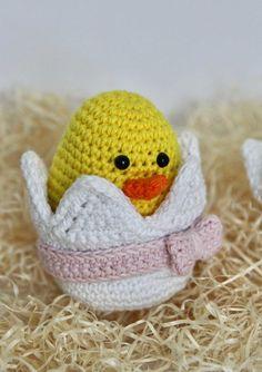 Hækleopskrift på sød lille påskekylling i æg.