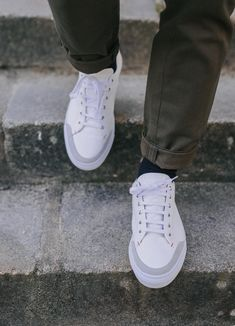Baskets en cuir blanc cassé Maison Hardrige Jo #chaussures #baskets #cuir #blanc #blanccasse #maisonhardrigejo #shoes #leather #white #offwhite Baskets Cuir, Sneakers, Fashion, Off White Color, White Leather, Home, Tennis, Moda, Slippers