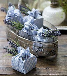 Brunch que acaba com um presentinho para os convidados é luxo só! Os sabonetes de lavanda e figo, embrulhados em trouxinhas, são da Villa Pano (Foto: Cacá Bratke/Editora Globo)