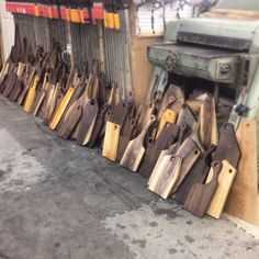 Serving boards soaked overnight & wiped dry colours & grain patterns are really … - Wood Workings Wooden Chopping Boards, Wood Cutting Boards, Woodworking Education, Woodworking Projects, Small Wood Projects, Into The Woods, Diy Holz, Wood Creations, Wood Bowls