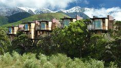 Hapuku Lodge & Treehouses est l'un des plus beaux hôtels du monde. Situé sur la côte est de la Nouvelle Zélande, ce resort « eco friendly » vous accueille dans un environnement superbe face à l'océan et entouré de montagnes dramatiques.