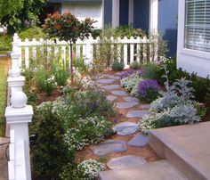 49 Trendy landscaping ideas front yard small picket fences - All For Garden Small Front Yards, Small Front Yard Landscaping, Front Yard Design, Front Yard Fence, Backyard Landscaping, Landscaping Ideas, Side Yards, Cottage Front Yard, Garden Cottage