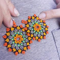 Mandala style earrings by LeridasBeads on Etsy - DIY Schmuck Beaded Flowers Patterns, Beaded Jewelry Patterns, Beading Patterns, Seed Bead Jewelry, Bead Jewellery, Seed Bead Earrings, Etsy Earrings, Bead Loom Bracelets, Earring Tutorial