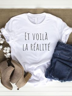 Et voilà la réalité. And the reality is back. This wonderful T-Shirt is perfect for everyday use. The shirt reminds you to come into the here and now every day and to feel yourself inside. In this way you can recognize and perceive what is happening around you and within you.  In everyday life we often overlook the special and forget that there is something divine in everything. Let us appreciate the things around us more!  white: 100% cotton. gray: 80% cotton 20% elastane. Hippie Shirt, Teen Girl Fashion, Love Fashion, Latest T Shirt, Yoga, Unisex, Sport, Baby Accessories, Cool T Shirts