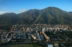Foto de @renatoyanez Desde las alturas una vista que se agradece más que reporte del tráfico  Esta extraña tarde en Caracas trae el viento de otros tiempos. Caracas ciudad de contrastes y misterios. #ccs #caracas #caminacaracas