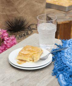 Νηστίσιµη καρυδόπιτα µε ταχίνι | Στέλιος Παρλιάρος Greek Sweets, Greek Desserts, Greek Recipes, Fun Desserts, Greek Cake, Puff Pastry Desserts, Greek Dishes, Sweet Tooth, Baking