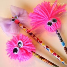 Adornos para lápices Diy (10) Pencil Topper Crafts, Pencil Crafts, Pom Pom Crafts, Yarn Crafts, Diy Crafts For Kids, Arts And Crafts, Pen Toppers, Fancy Pens, Diy Back To School