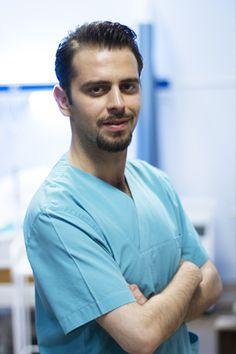 28 yaşında ki Egemen işinde yükselmekte olan bir doktordur. Tıp fakültesinden birincilikle mezun olduktan sonra, onkoloji uzmanı olmuş ve bir hastanede, kanser araştırmaları üzerine çalışmaya başlamıştır. O da ablası gibi hayatını işine adamıştır. Fazladan nöbetlere kalıp, her işe koşuyordur. Egemen bir süredir hastanede pratisyen hekim olan Derya ile çıkıyor ama işini etkiler korkusuyla bu ilişkiyi herkesten saklıyordur...