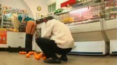 Pomozite mi skupiti narandže - seksi skrivena kamera
