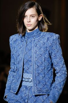 The complete Balmain Fall 2018 Ready-to-Wear fashion show now on Vogue Runway.See every detail from the Balmain Fall 2018 collection.Balmain available at Luxury & Vintage Madrid, the best selection of contemporary and vintage clothing, discover our t Fashion Mode, Fashion 2018, Denim Fashion, Runway Fashion, Fashion Dresses, Look Jean, Mode Jeans, Denim Ideas, Recycled Fashion