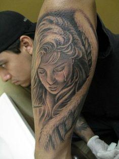 eine traurige und weinende frau mit großen engelsflügeln mit weißen federn idee für einen tattoo engel für die männer