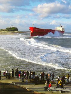 Pasha Bulker stranded after a storm at Nobby's Beach, Newcastle, NSW, Australia Water Pictures, Cool Pictures, Abandoned Ships, Merchant Marine, Newcastle Nsw, Shipwreck, Wonders Of The World, Old Photos, New Zealand