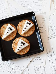 Crackers with brie and olives. Bond, James Bond, movie marathon or swanky party? Soirée James Bond, James Bond Party, James Bond Theme, Casino Night Party, Casino Theme Parties, James Bond Wedding, Party Food Themes, Party Ideas, Party Snacks