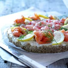 Here is a delicious recipe for Cold salmon tart. Browse though a wide variety of recipes, tips and inspiring ideas. Tart Recipes, Salmon Burgers, Sushi, Appetizers, Food And Drink, Dessert, Cold, Cooking, Ethnic Recipes