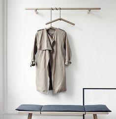 Dieser Kleiderbügel aus unbehandelter Eiche wird mit einem Lederband aufgehängt und fixiert. Hier entdecken und kaufen: http://sturbock.me/b3i