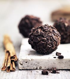 Lav julens bedste romkugler med smukke chokoladespåner og et hint af kanel.