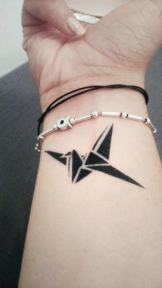 40 schöne Origami Tattoo Designs (im Trend) Origami Tattoo, Bird Tattoo Wrist, Wrist Tattoos, Small Tattoos, Tatoos, Bird Tattoos, Paper Crane Tattoo, Tattoo Paper, Tattoo On