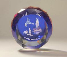 Lourdes color crystal paperweights depicting the apparitions and the sanctuary at Lourdes. Virgin Mary Statue, 3d Crystal, Catholic Gifts, All Gifts, Paper Weights, Miraculous, 3 D, Christmas Bulbs, Crystals