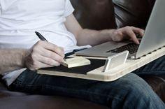 Slate est une station de travail moderne assez ingénieuse, réalisée par la marque d'accessoires en bois, iSkelter. Cette tablette nomade permet aux usagers de l'utiliser où ils veulent. Tout est prévu sur ce plateau conçu en bois: le tapis souris, le dock smartphone et l'aération pour l'ordinateur.