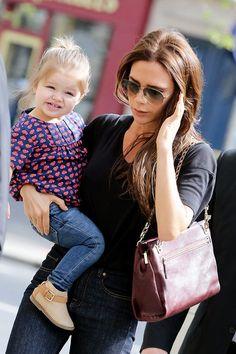 Un look casual para ir de compras por París, vaqueros básicos, camiseta de Little Marc Jacobs y botines de Zara Kids.