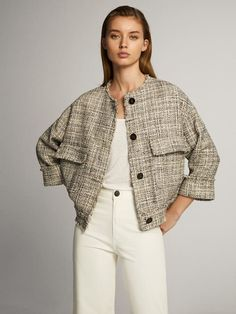 Discover the latest collection of women's outerwear this Spring/Summer 2020 at Massimo Dutti. Elegant puffer jackets, vests or coats to renew your wardrobe. Minimal Fashion, Urban Fashion, Daily Fashion, Winter Outfits, Cool Outfits, Fashion Outfits, Blouse Vintage, Tweed Jacket, Outerwear Women