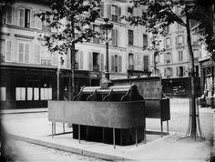 Vespasienne, 6 stalles, rue Legendre. Paris (XVIIème arr.), 1870-1875. Photographie de Charles Marville (1813-1879). Bibliothèque historique de la Ville de Paris.