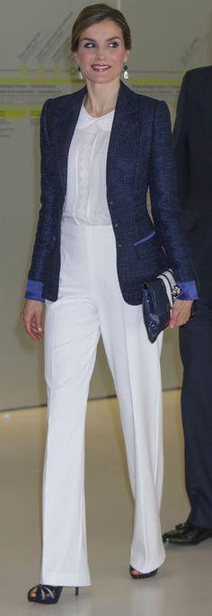 Los Reyes han visitado San Sebastián, donde Letizia ha lucido un conjunto blanco y azul marino.