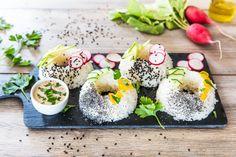 Questi sushi donuts sono originali, colorati e deliziosi. Prova la ricetta, sarà un successo assicurato!