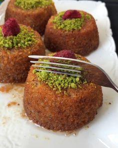 """8,038 Beğenme, 148 Yorum - Instagram'da Cahide Sultan (@cahide_sultan): """"Helvanızın soğuyunca veya ertesi güne kalınca bulgur pilavı gibi tane tane olmasını istemiyorsanız,…"""" Pavlova, Cookie Desserts, Dessert Recipes, Turkish Baklava, Turkish Recipes, Ethnic Recipes, Food Plus, Sorbet, Muffins"""