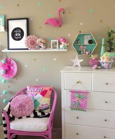 Muebles de colores llamativos.