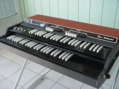 Here is the informative guide for best piano keyboards for beginners. Read this music instruments guide & choose your ideal one. Best Piano Keyboard, Music Keyboard, Hammond Organ, The Hammond, Vintage Keys, Vintage Music, Organ Music, Baby Grand Pianos, Vintage Guitars