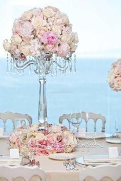 Imponenti, eleganti e luccicanti centrotavola adornano un tavolo imperiale mozzafiato.
