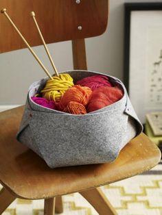Dieser süße Korb bietet Strickutensilien ein gemütliches Zuhause. Aus flauschigem Filz gebastelt passt er perfekt zu einer gemütlichen Einrichtung.