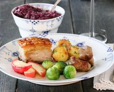 LANGTIDSSTEKT RIBBE MED SJYSAUS Potato Salad, Potatoes, Ethnic Recipes, Christmas Foods, Dinners, Recipes, Ribe, Dinner Parties, Food Dinners
