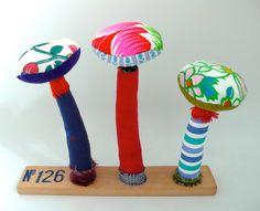 N°126 : 3 champignons textiles sur socle en bois brut, un radis m'a dit . : Textiles et tapis par un-radis-m-a-dit, https://www.facebook.com/clairefabrications Champignons en tissu .