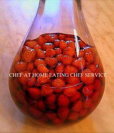 LIQUORE PER PALATI FINI, MOLTO DELICATO E RAFFINATO, IL FRAGOLINO , DENOMINATO ANCHE ROSOLIO ALLE FRAGOLE E UNA DELLE PIÙ ANTICHE E SPECIALITÀ DELL'ENOGASTRONOMIA CAMPANA, SI ARRIVA ALL'ERA BORBONICA . Fruit Drinks, Alcoholic Drinks, Wine Recipes, Cooking Recipes, Recipe R, Fancy Drinks, Romanian Food, Beautiful Fruits, Limoncello