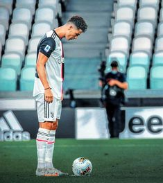 Cristino Ronaldo, Cristiano Ronaldo Juventus, Neymar, Best Football Players, Sport Football, Football Stuff, Ronaldo Free Kick, Tammy Rivera, Cristiano Ronaldo Wallpapers