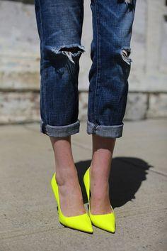 Need me some neon pumps! Crazy for denim. Outfit inspiration via Atlantic-Pacific. Estilo Fashion, 80s Fashion, Look Fashion, Ideias Fashion, Fashion Shoes, Womens Fashion, Fashion Trends, Girl Fashion, Neon Pumps