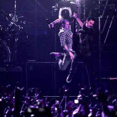 Beautiful Legend Chester Bennington ❤🤘 Your voice will always be home💙🎤🤘 Chester Bennington, Charles Bennington, Linkin Park Wallpaper, Linking Park, Linkin Park Chester, Mike Shinoda, Nike Wallpaper, Music Love, Cool Bands