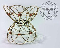 El alambre 3D Mandala es un símbolo de herramienta, un espiritual y ritual de meditación en el budismo y el hinduismo que representa el universo. Inventado más de 2.000 años un ir en el Tíbet, puede ser también usado como un juguete o como decorativo. Relajarse en la armonía de movimiento por jugar y crear muchas formas diferentes. Hay 7 formas simbólicas que nos relatan el círculo de la vida. La leyenda dice que cambiarlo de forma cotidiana traerá fortuna para usted y su casa. Su 100% hecho…
