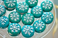 ¡Al rico macaron! Macaroons, Frozen Birthday Party, Birthday Parties, Holiday Cupcakes, Macarons Christmas, Christmas Goodies, Candy Recipes, Holiday Fun, Cake Decorating