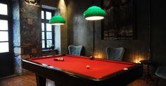Το εντυπωσιακό cocktail bar που άνοιξε πριν λίγες ημέρες, έχει ένα ξύλινο δίσκο με βαζάκια πάνω σε κάθε τραπέζι, 14 signature cocktails και ένα πριβέ χώρο με μπιλιάρδο που θυμίζει λέσχη λόρδων.