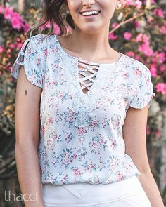 "135 curtidas, 18 comentários - ATACADO até o GG no Bom Retiro (@thaccifashion) no Instagram: ""Bom dia!!! Blusa estampa poá floral com detalhe de renda super delicado!!! Como não amar?!?! …"" Neckline Designs, Kurti Neck Designs, Dress Neck Designs, Designs For Dresses, Blouse Designs, Frock Fashion, Fashion Dresses, Elisa Cavaletti, Mode Hijab"