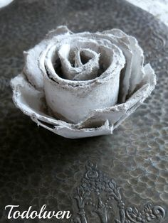 Hello my dear friends, I love to create things out of something that would some times just be trash to others ~ old to new ~ Todolwen. Handmade Flowers, Diy Flowers, Fabric Flowers, Paper Flowers, Crafts To Do, Fall Crafts, Crafts For Kids, Diy Crafts, Paper Crafts