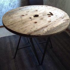 Ett bord gjort utav skivan på en gammal kabeltrumma & två st IKEA Lerberg ben. . . A table made of an old cable drum & two IKEA Lerberg tablelegs.
