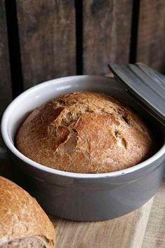 Es gibt doch nichts besseres, als frisch gebackenes Brot, oder? Ich liebe es, wenn es noch lauwarm ist und beim zusammendrücken die Kruste leise knistert. Auf mein frisch gebackenes Brot kommt dann nur etwas Butter (Alsan) und Salz. Mehr brauche ich nicht, um glücklich zu sein. Da mir ein Brot vom Bäcker meist zu viel ist (ja, auch die kleinen), habe ich mir vor kurzem zwei kleine Keramik-Kasserollen mit Deckel gekauft, in denen ich nun immer zwei Brote backen kann. Eins friere ich dann…