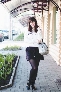 Look de Outono com suéter branco da Zara com piscadinha, saia preta com botões na frente, meia calça e bota de verniz.